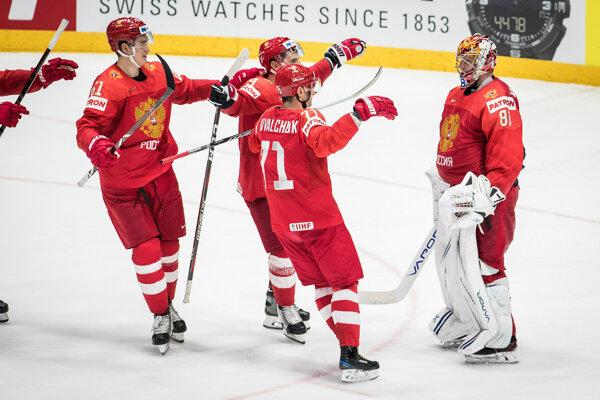 Brankár Andrej Vasilevskij (vpravo) oslavuje víťazstvo nad Českom v zápase o bronz na MS v hokeji 2019.