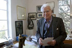 Americký fyzik Murray Gell-Mann na archívnej fotke z roku 2003. Zaslúžil sa o významné prínosy k oblasti časticovej fyziky, za ktoré mu udelili v roku 1969 Nobelovu cenu.