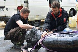 Na snímke muži pripravujú hliníkovú sochu Milana Rastislava Štefánika na pripevnenie na podstavec.