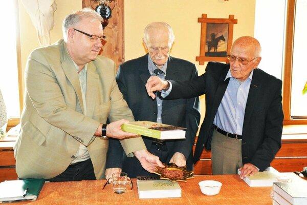 Knihu pokrstili pieskom z doskočiska a tartanom bývalý atlét P. Koscelanský a nestori nitrianskej atletiky J. Šulgan a A. Podolák.