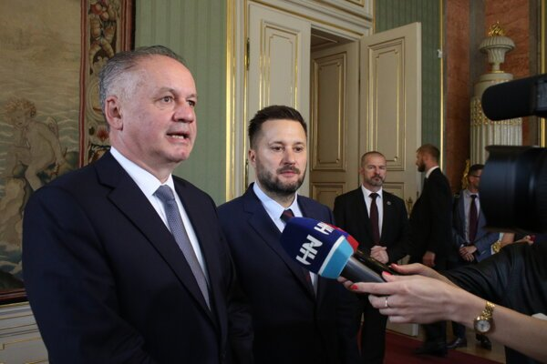 Prezident Andrej Kiska a primátor Bratislavy Matúš Vallo počas brígingu v rámci stretnutia s vedením hlavného mesta SR v Primaciálnom paláci.