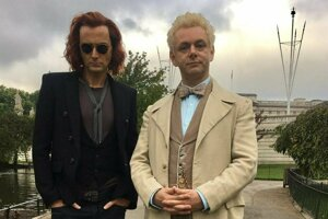 Anjel a démon, ktorí budú musieť v novom seriáli Good Omens spolupracovať.