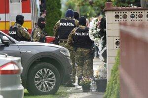 Príslušníci Útvaru osobitného určenia Prezídia PZ Lynx Commando s obvineným Miroslavom Marčekom pred začiatkom rekonštrukcie vraždy Jána Kuciaka a Martiny Kušnírovej vo Veľkej Mači.