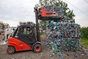 Balíky zlisovaných plastových fliaš