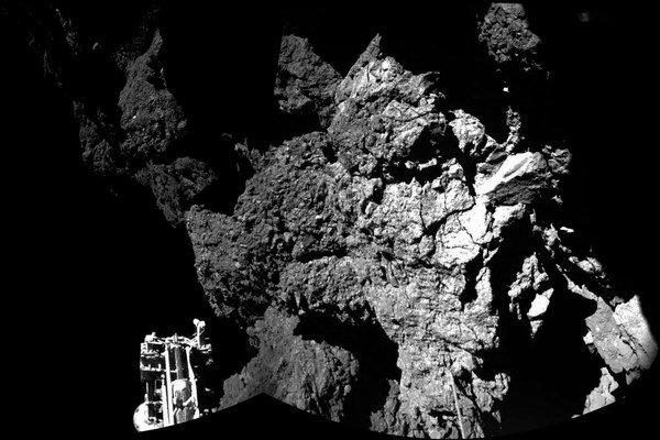 Jedna z troch nôh Philae a jeho výhľad na kométu 67P.