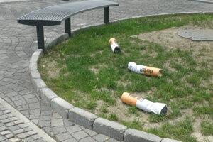 Kampaň proti cigaretovým ohorkom.