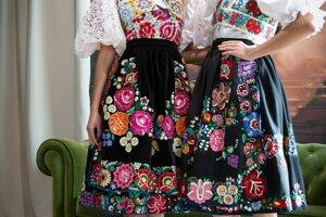 Spojenie krásy a tradícií. Lujza Straková (vľavo) zaujala na Miss World krojom aj národným tancom.