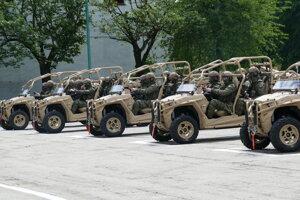 Príslušníci 5. pluku špeciálneho určenia v Žiline počas užívania nových vozidiel.
