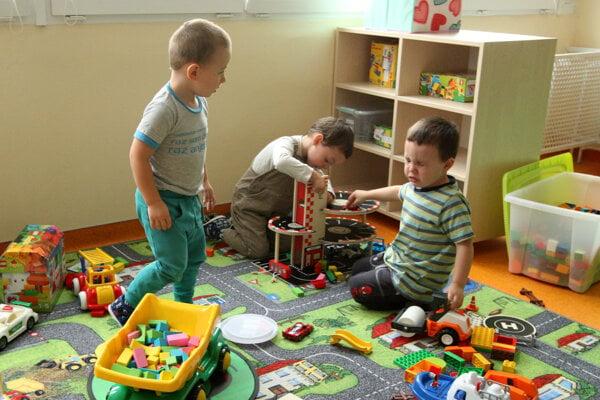 Detí je veľa a miest v štátnych škôlkach málo.