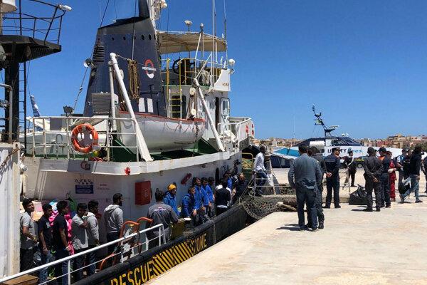 Loď s migrantmi na ostrove Lampedusa