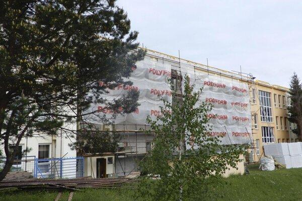 Práce na zatepľovaní budovy Obchodnej akadémie v Poprade.