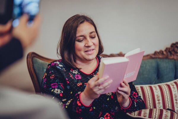 Ak má voľnú chvíľu a v dosahu nie sú deti, manžel alebo kamaráti, určite siahne po knihe.