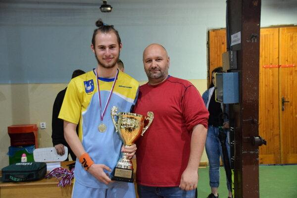 Ján Ligač (vpravo) odovzdal vo štvrtok trofeje najlepším florbalistom Kysuckej florbalovej ligy juniorov.