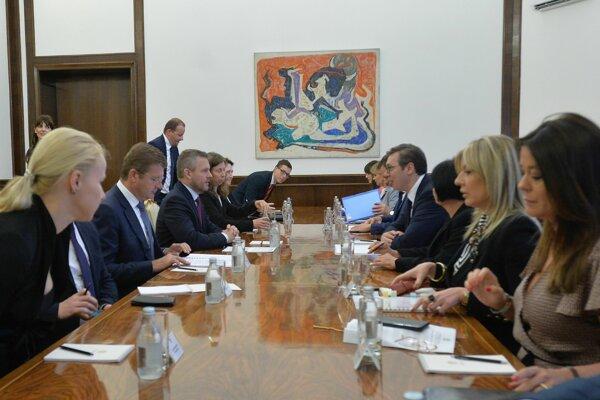 Na snímke srbský prezident Alexandar Vučič (štvrtý sprava) a slovenský premiér Peter Pellegrini (tretí zľava) počas stretnutia 30. mája 2019 v Belehrade.