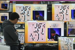 Zápas medzi AlphaGo a ľudským majstrom Lee Se-dolom.