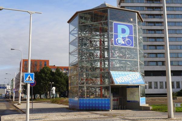 V Česku cyklistom okrem cyklotrás slúži aj niekoľko cykloveží, kde si môžu bicykle bezpečne odparkovať.