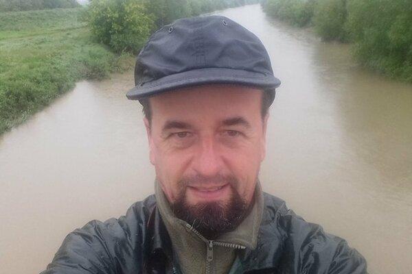 Jozef Lengyel počas jednej z kontrol rieky Nitra.