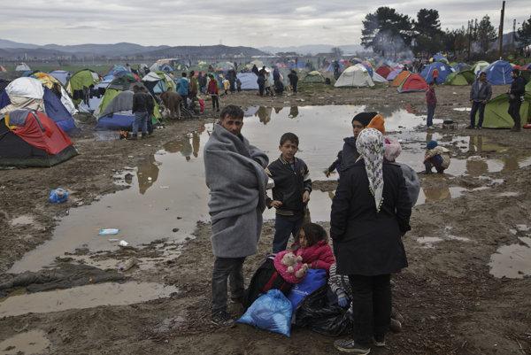 Utečenci uviazli v Idomeni, sú vydaní napospas počasiu.