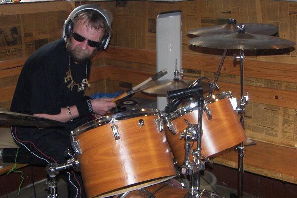 Milan Malov za bubnami v roku 2008.