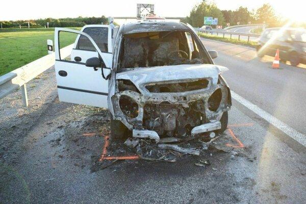 Auto po nehode začalo horieť. foto: KR PZ v Trnave.