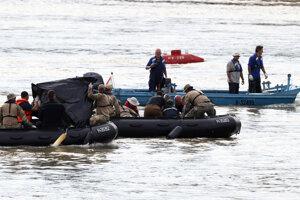 Prieskumný tím na mieste, kde sa loď s turistami potopila.