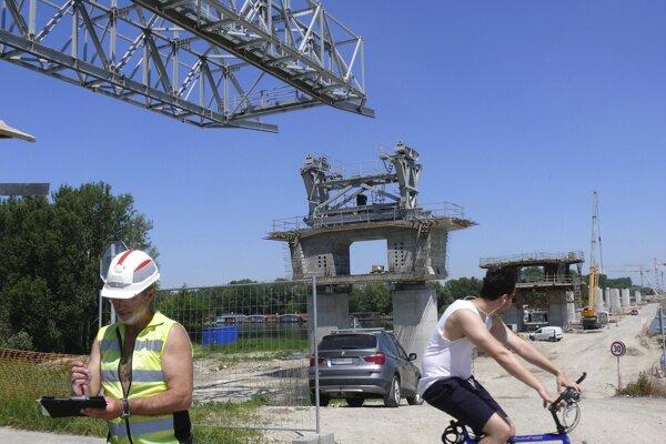 Oceľová konštrukcia súmostia na Rusovskej ceste, ktorú postupne vysúvajú, bude súčasťou diaľnice D4 a tvoriť nový diaľničný obchvat Bratislavy.