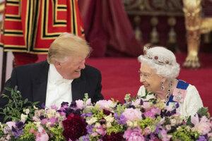 Britská kráľovná Alžbeta II. s americkým prezidentom Donaldom Trumpom.