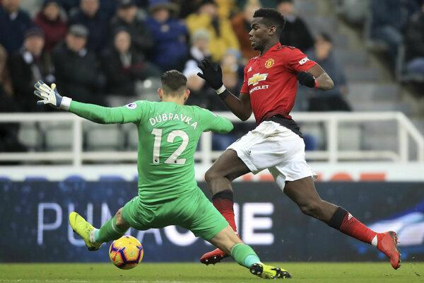 Paul Pogba a Martin Dúbravka v zápase Newcastle - Manchester United - ilustračná fotografia.