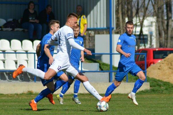 Futbalisti Gabčíkova (v modrom) včera dosiahli hladké víťazstvo.