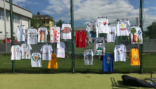Jednotlivé skupinky si mohli ľubovoľne vyzdobiť tričko a napokon sa vybralo najkrajšie.