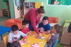 Deti najradšej tancujú, spievajú, veľmi sa im páči aj maľovať temperovými farbami.