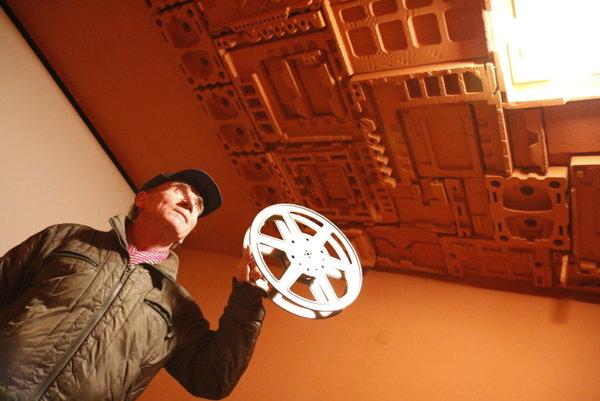 Kino Akropola má novú malú sálu. Na snímke dlhoročný premietač a kurič Tomáš Bajnok.