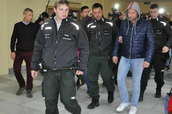 Obvinenému Marcinovi (v modrej bunde) hrozí až 20-ročný pobyt za mrežami.