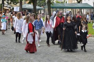 Sprievod mestom v dobových kostýmoch.