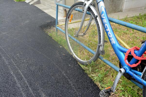 Staromešťania dostali nový asfalt. Na obrubníky sa ale zabudlo.