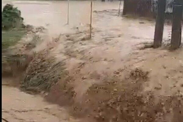 Voda sa valila cez Jarovnice.