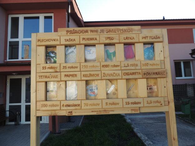 Informačné tabule o jednotlivých odpadoch a dĺžke ich rozkladu v prírode boli v obci osadené len nedávno.