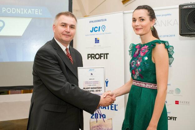 Výkonný predseda JCI - Slovakia Marián Meško odovzdáva diplom Jaroslave Wurll Kocanovej.