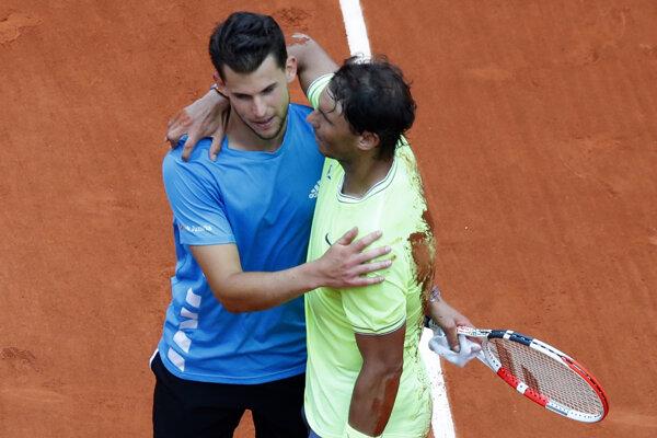 Dominic Thiem (vľavo) a Rafael Nadal po finálovom zápase na Roland Garros 2019.