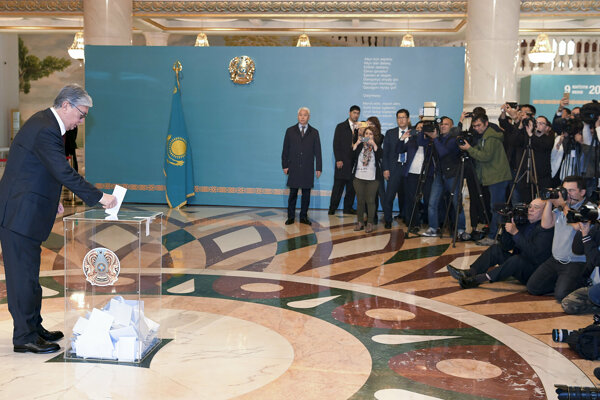 Kasym-Žomart Tokajev odovzdáva svoj hlas.