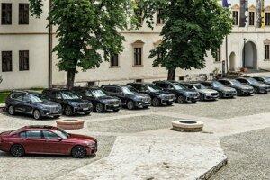 Flotila BMW X7 a radu 7 na nádvorí pevnosti v rumunskom meste Oradea.