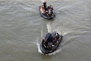 K žeriavu smerujú aj juhokórejskí potápači.
