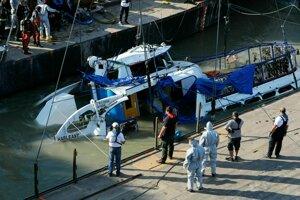 Žeriav vyťahuje vrak potopenej výletnej lode Hableány pri Margitinom moste v Budapešti.