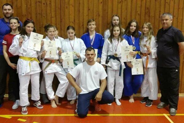 Žilinskí medailisti s trénermi.