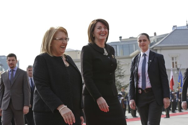 Kosovská prezidentka Atifete Jahjagová (v strede).