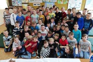 Matúš Sukeľ v obkolesení študentov.