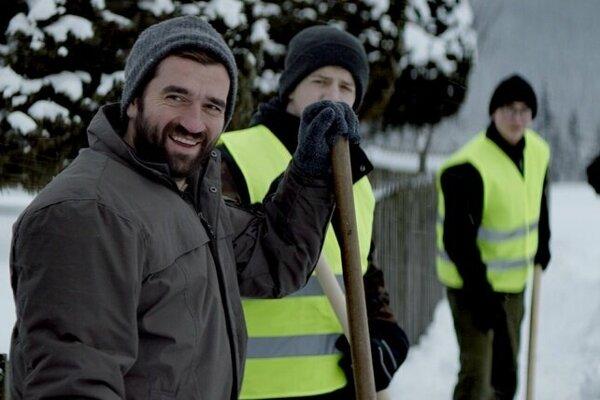 Milan Ondrík (vľavo) vo filme Nech je svetlo.