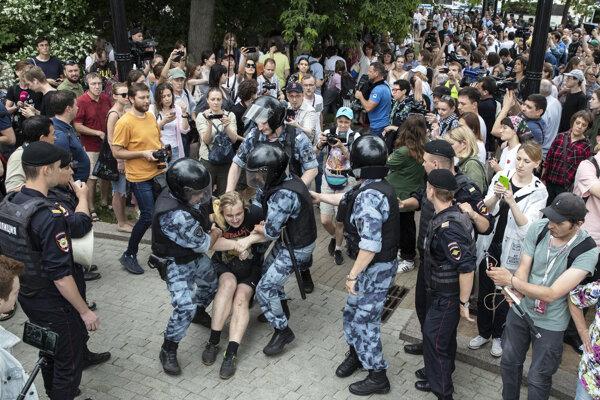 Polícia potlačila protesty v Moskve.