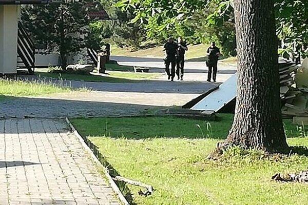 Policajti prehľadávali areál.