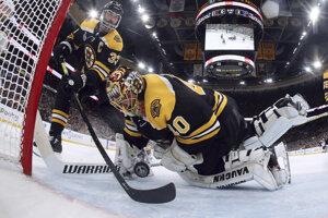 Kapitán Bostonu Zdeno Chára (vľavo) a brankár Tuukka Rask sa snažia zachytiť puk na bránkovej čiare v siedmom zápase finále play off NHL Boston Bruins - St. Louis Blues v Bostone 12. júna 2019.